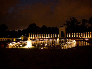 WW2 memorial consisting of 56 pillars and a pair of small triumphal arches surrounding a square and fountain, it sits on the National Mall in Washington, D.C., on the former site of the Rainbow Pool