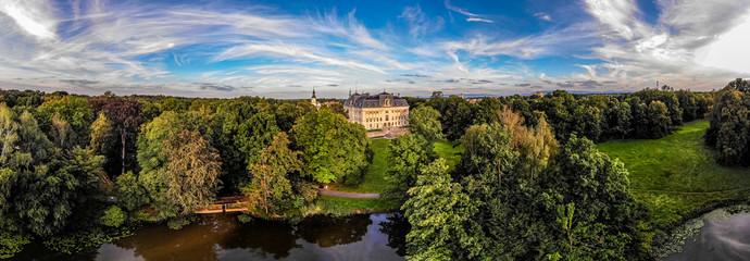 Fototapeta Zamek w Pszczynie – dawna rezydencja magnacka w Pszczynie na Górnym Śląsku, która powstała w miejscu obronnego gotyckiego zamku z początku XV wieku, zbudowanego zapewne w miejscu. Panorama z lotu ptak