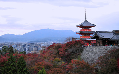 Photo sur Aluminium Japon Stunning view on beautiful traditional old red pagoda in Kyoto.