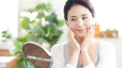 鏡を見る女性 美容イメージ スキンケア ボディケア エステサロン