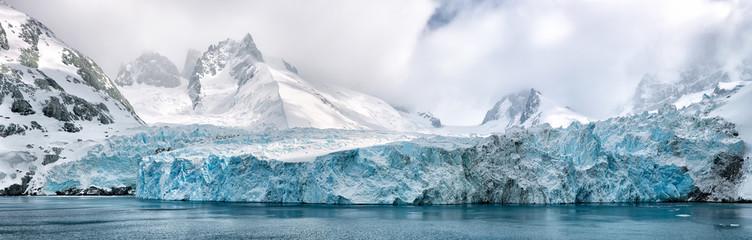 Photo sur Plexiglas Antarctique Panoramic image of polar caps in antarctica, polar caps near water in antarctica
