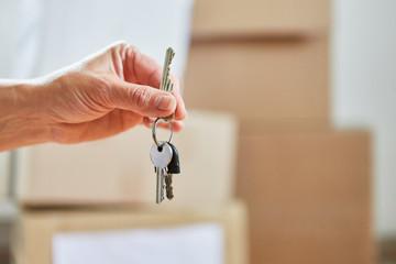 Hand von Eigentümer hält einen Schlüssel