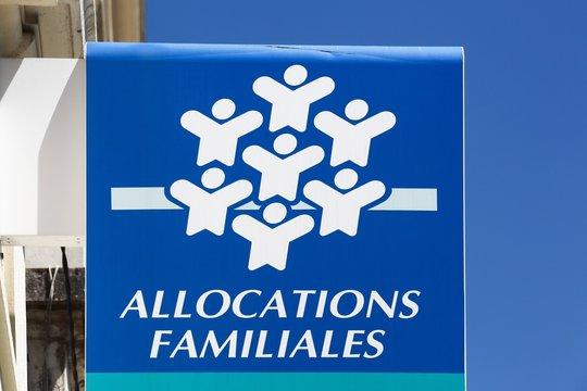 Villefranche, France - Mai 17, 2020: Symbole Caisse allocations familiales sur un mur