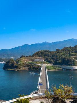 海すずめ展望所から見た秋晴れの宇和島湾と九島大橋(縦)