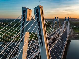 most na rzece o wschodzie słońca