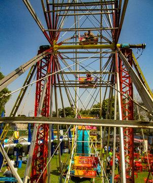 Rueda de la fortuna es una atracción de feria o parque de atracciones consistente en una rueda en posición vertical con góndolas, cabinas o simples asientos unidos al borde, que funciona girando.