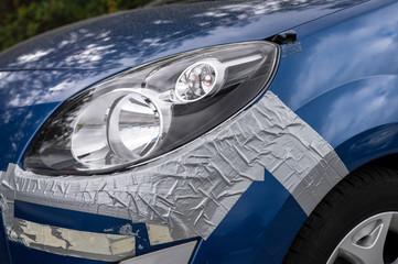 Ein Schaden am Auto einfach mit Panzerband gesichert