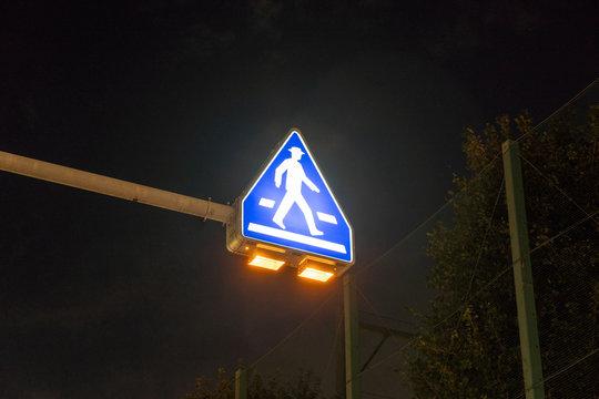 日本の夜の横断歩道の道路標識