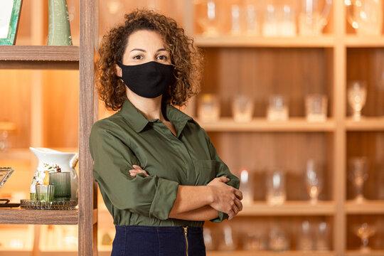 Mulher latina em seu espaço de trabalho.