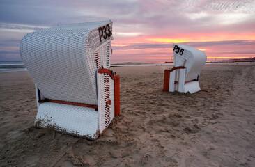 Plaża w Kołobrzegu, kolorowy wschód słońca,kosze plażowe.