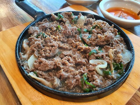 bulgogi : beef stew with vegetables