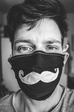 Junger Mann mit Maske