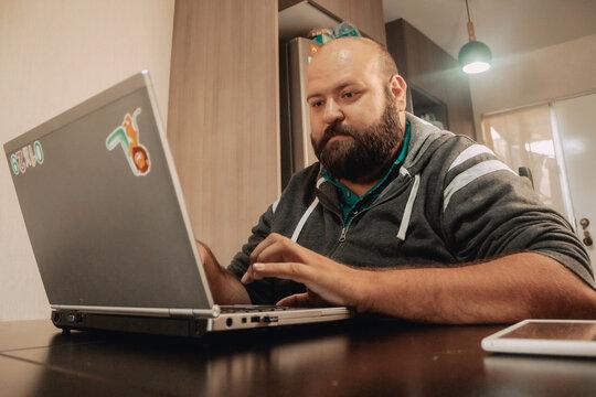 Hombre mexicano trabajando desde casa en computadora