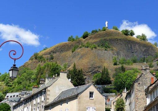 Le rocher de Bonnevie dominant la ville de Murat