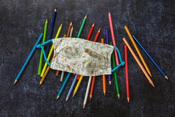 masque enfant coronavirus avec des crayons de couleurs