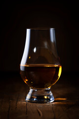 Photo sur Plexiglas Fleur Scotch Whiskey without ice in glass, rustic wood background, copy space
