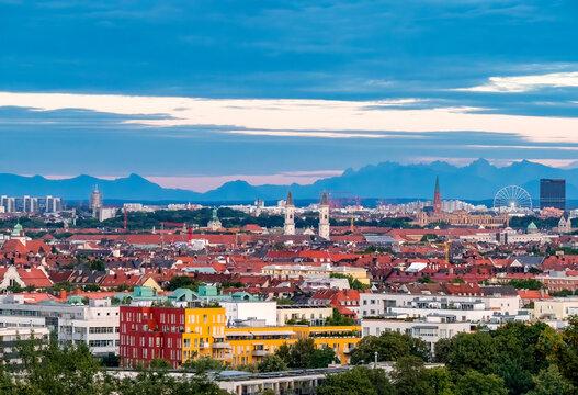 Blick vom Olympiaberg, Kirche St. Benno in Neuhausen und Paulskirche vor Alpenkette, München, Bayern, Deutschland, Europa