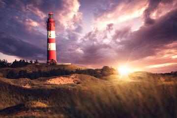 Leuchtturm auf Insel Amrum bei dramatischen Sonnenuntergang