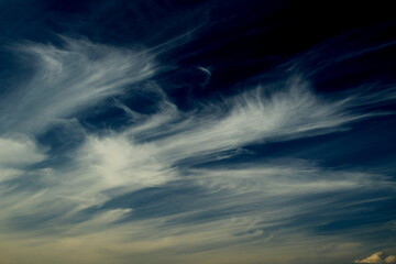 Rozdrapane chmury na ciemnym niebie