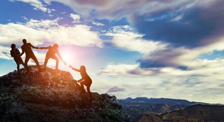 サポートイメージ 助け合い山を登る人々 チームワーク