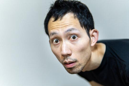 真剣な表情でこちらを見つめる日本人男性