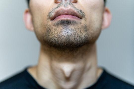 とある日本人男性の鼻から下の喉元