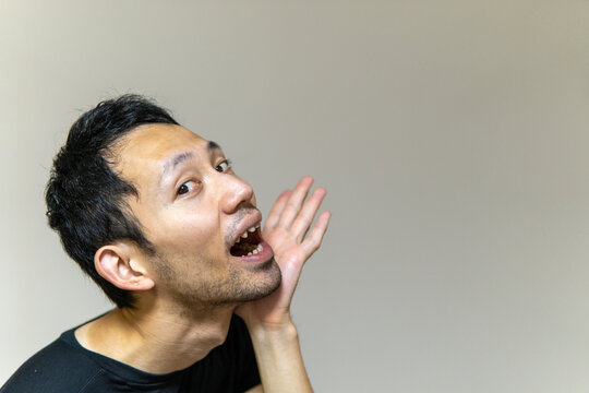 「いらっしゃーい」と新婚さんを呼ぶ日本人男性