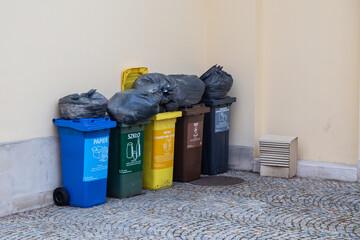 Obraz Przepelnione kosze na śmieci. Pojemniki do segregowania odpadów. - fototapety do salonu