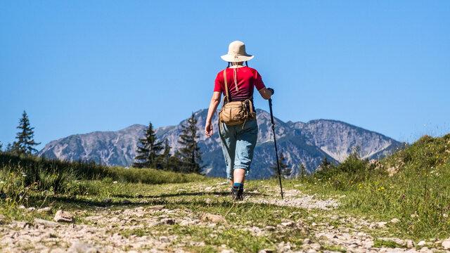 Frau wandert am Laberberg Oberammergau