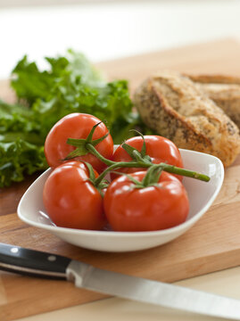 Tomatoes, lettuce and bread