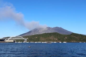 桜島と牛根大橋