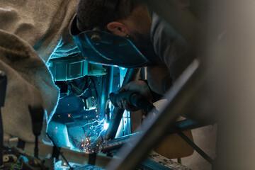 Mechanic in a car repair shop Papier Peint