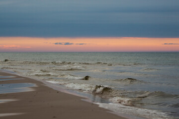 Fototapeta Piękny widok nad morzem.  Spacer o zachodzie słońca. Zachód słońca. Polska. Morze Bałtyckie obraz