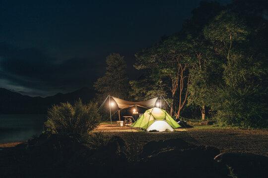 湖畔キャンプの夜景 / Lakeside Camping at Night