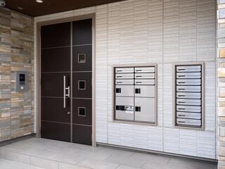 Fototapete - 宅配ボックスが設置されたアパートのエントランス