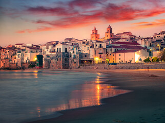 Photo sur Aluminium Europe Méditérranéenne Spectacular spring cityscape of Cefalu town with Piazza del Duomo. Impressive sunset on Mediterranean sea, Sicily, Italy, Europe. Traveling concept background.