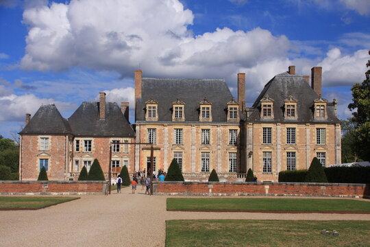 les bâtiments principaux du château de la Ferté Saint Aubin
