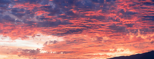 Céu com nuvens e pôr-do-sol dramático
