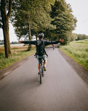 Freihändig fahrender Radfahrer genießt die Freiheit