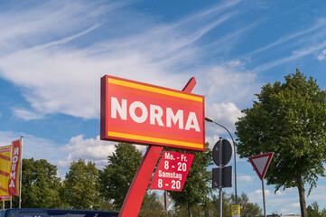 Deutschland , Dahme / Spreewald , 03.09.2020 ,  Schriftzug und Öffnungszeiten des NORMA Marktes in der Einfahrt
