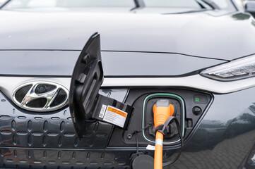 Deutschland , Lübbenau , 05.09.2020 , Ein Elektroauto von Hyundai hat das Ladekabel eingesteckt