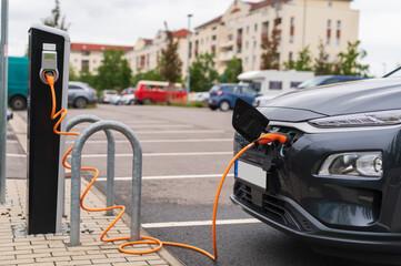 Ein Auto beim Strom tanken