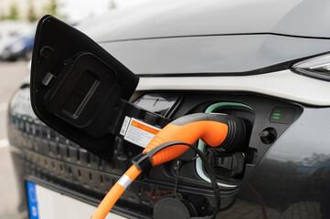 Der Stecker eines Ladekabels steckt in einem Elektroauto