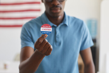Photo sur Plexiglas Pain Cropped portrait of modern African man holding I VOTED sticker, copy space