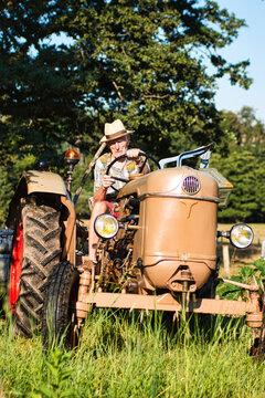 Un senior retraité travaille dans son jardin avec son tracteur