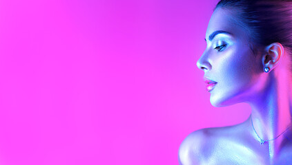 Photo sur Plexiglas Beauty Colorful portrait of a beautiful young woman over purple background. High Fashion model girl in colorful bright neon lights posing in studio, night club. Portrait of beautiful girl in UV. Art design