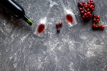 Fototapete - Red wine with grape - in glasses and bottle - on grey desk top view copy space
