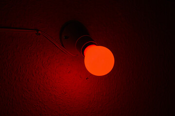 Lampe rouge dans une chambre noire