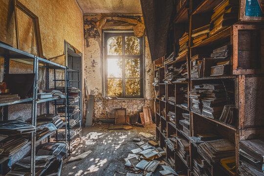 Vieux couloir avec des livres sur étagères