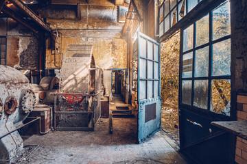 vieille usine avec une porte bleue